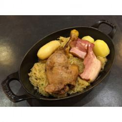Choucroute Cuisse de canard confite, poitrine fumée, pommes de terre
